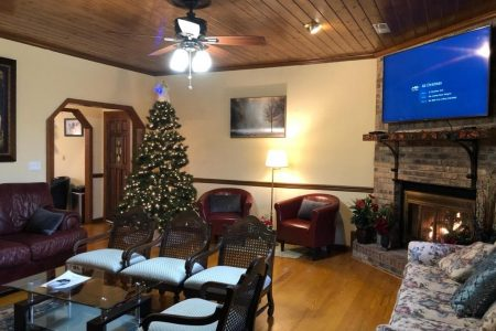 Smoky Mountain retreat, Smoky Mountain cabins with huge TVs, Smoky Mountain cabins with fireplaces, Smoky Mountain cabins that decorate for Christmas, Smoky Mountain living room decoration
